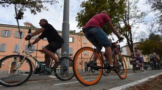 Ciclisti in transito sulla 'Tangenziale delle biciclette' sui viali (FotoSchicchi)