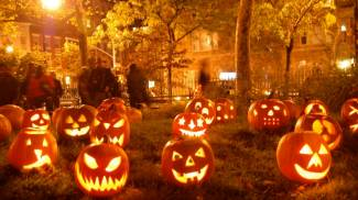 Festa di Halloween con le zucche decorate in tanti modi diversi e fantasiosi