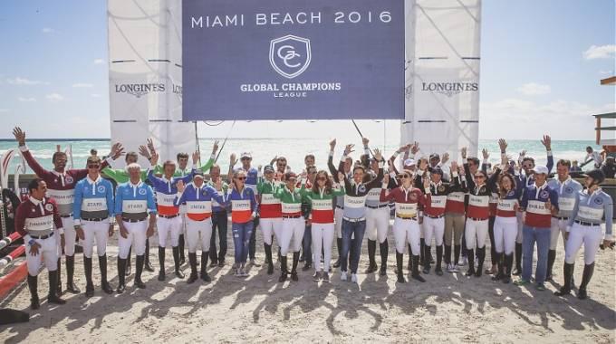 Le squadre schierate prima dell'inizio della gara (ph. Stefano Grasso / GCL)