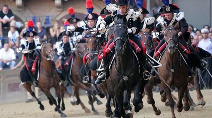 Corse Cavalli Milano Calendario.Milano Arriva Il Carosello Storico Dei Carabinieri A Cavallo