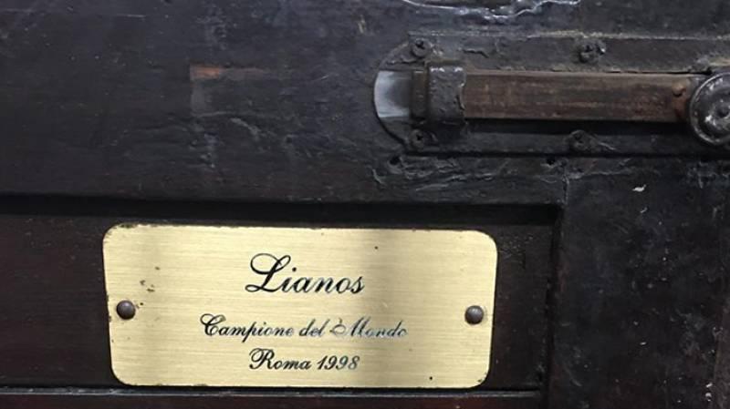 La targa del Box di Lianos, professione Campione del Mondo