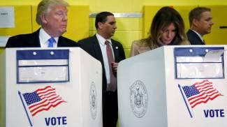 Donald Trump sbircia Melania (LaPresse)
