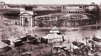 """ACQUISTO L'Arena come si presentava nel 1870, quando fu acquistata dal Comune. Sotto, una naumachia in una stampa colorata dell'epocaWEST Buffalo Bill con il leggendario capo sioux Toro Seduto, col quale venne più volte in Europa per il suo spettacolo circense """"Wild West Show"""", al quale partecipava anche la famosa tiratrice Annie Oakley"""
