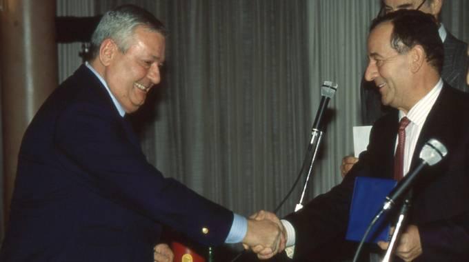 Enrico Bedini (a destra), vicepresidente Fise, premia Piero Millicich nel 1989 (ph. UM)