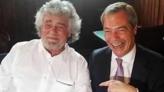 Grillo e Farage ai tempi della loro alleanza europea (Ansa)