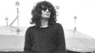 E' il 1981: Renato Zero posa con sullo sfondo il tendone di Bussoladomani