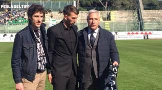 Lo stupore di Bernardeschi nel vedere la sciarpa della Juve tirata fuori dal sindaco