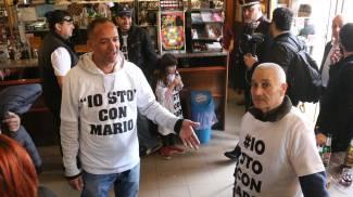 Il corteo 'Io sto con Mario' a Casaletto, tappa all'osteria