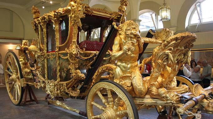 Trump vuole la carrozza d 39 oro della regina elisabetta per for Quanto costa la corona della regina elisabetta
