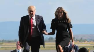 Donald Trump e Melania mano nella mano a Sigonella (Afp)