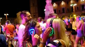 Silent party, ovvero la 'disco silenziosa' con i partecipanti a indossare cuffie luminose (Fantini e Frasca)