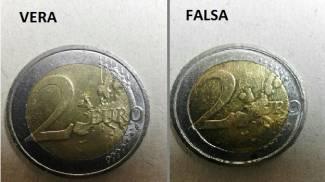 Il confronto fra le monete da 2 euro, a destra quella falsa