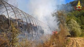 L'incendio di rotoballe in Maremma
