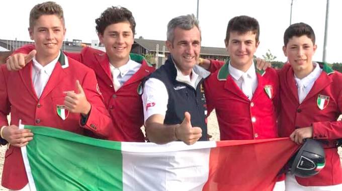 L'Italia juniores con il presidente della Fise Marco Di Paola (ph. FISE)