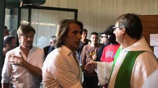 I militanti di Forza Nuova entrano in chiesa, don Biancalani li accoglie