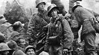 Soldati austriaci e prigionieri italiani dopo la battaglia di Caporetto