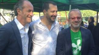Tosi, Salvini e Maroni (con la maglia del sì al referendum)