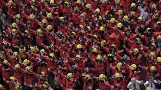 Vigili del fuoco catalani in corte per lo sciopero generale a Barcellona (Ansa)