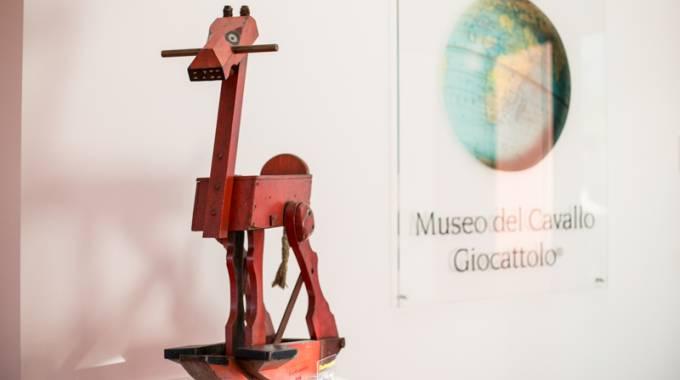 Museo Del Cavallo Giocattolo Di Grandate.Museo Del Cavallo Giocattolo Connubio Arte E Bambini
