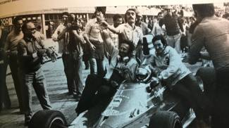 Pietro Corradini, in piedi al centro, dietro a Regazzoni