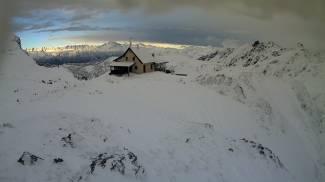 Il Rifugio Benigni immerso nella neve (frame da web cam geoportale.caibergamo.it)