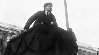 Lenin nella Piazza Rossa di Mosca nel 1° anniversario della Rivoluzione russa (Ansa)