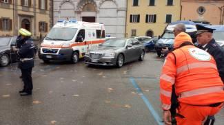Fuori dalla S.Anna l'attesa per Mattarella. Nella foto la Croce Verde di Lamporecchio