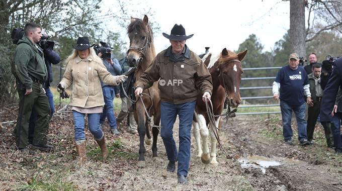 Roy Moore, il candidato Usa Repubblicano per l'Alabama, va a votare a cavallo ma...©AFP