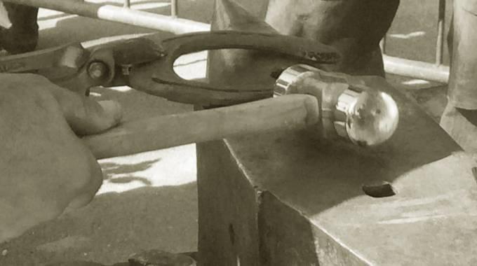 Tra l'incudine e il martello