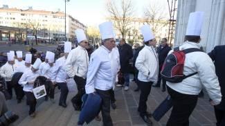 Cuochi con cappello bianco ai funerali di Marchesi