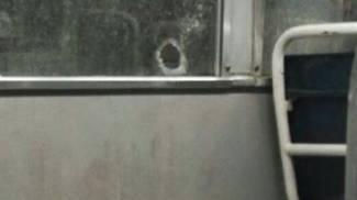 SUI MEZZI PUBBLICI Un ragazzo lancia un petardo sul bus Sopra, il vetro infranto del tram 19