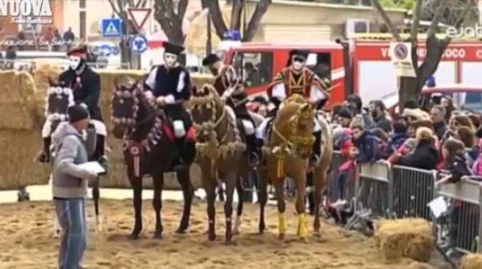 All'estrema destra Il Muletto, da un video di Sa Sartiglia