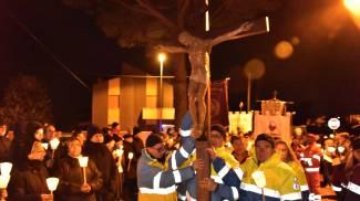 Un momento della Via Crucis (Foto Novi)