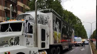 Il camion-pullman che trasportava i tifosi bianconeri feriti (Ansa)