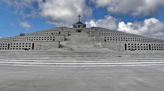 Il Sacrario del Monte Grappa, foto di Gabriele Dalla Porta - Wiki Commons
