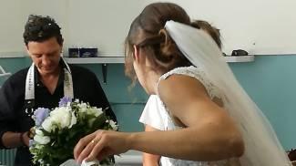 Elezioni a Falconara, vota per il ballottaggio in abito da sposa