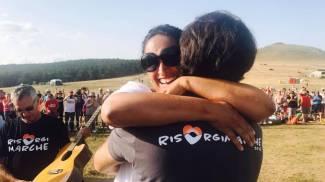 Noa abbraccia Marcorè (foto ufficio stampa RisorgiMarche)