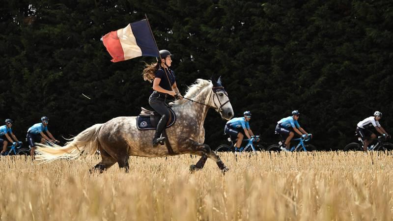 Tour de France 2018, tappa 9: al galoppo con la bandiera francese ©AFP/LaPresse