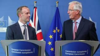 Dominic Raab e Michel Barnier nel loro primo incontro per le negoziazioni sulla Brexit