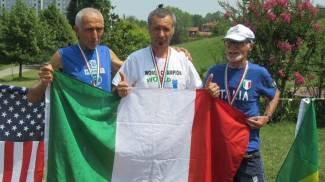 Nicola Fabbiani (al centro), vincitore della mezza maratona