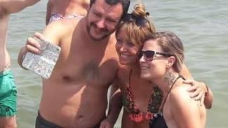 Matteo Salvini fa le foto coi fan