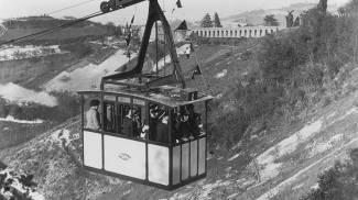 Nell'immagine d'epoca, la salita a San Luca sulla storica funivia