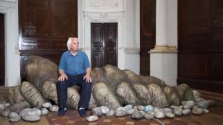 """Carlo Bruscia seduto su """"Scoglio Bretone"""" di Gilardi"""