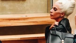 Lady Gaga con la borsa Celine al Louvre