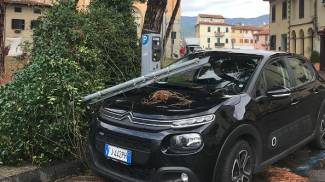 Macchina danneggiata in piazza San Lorenzo