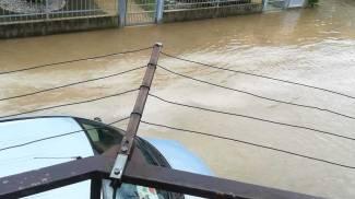 Un'auto immersa nel lago d'acqua