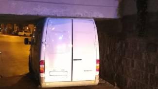 Il furgone incastrato (foto Vigili del fuoco)