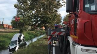 L'auto è stata tirata fuori dai vigili del fuoco