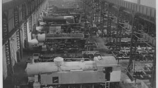 La linea di costruzione di locomotive (Archivio storico Reggiane)