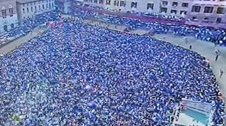 La folla in piazza del Campo